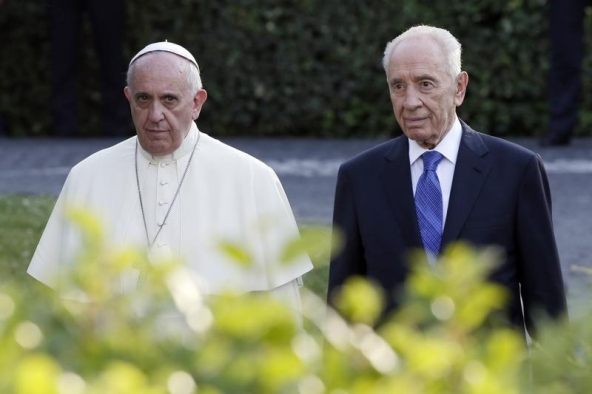 Pope Francis and Israeli President Shimon Peres (R) arrive in the Vatican Gardens to pray with Palestinian President Mahmoud Abbas (not pictured) at the Vatican June 8, 2014. REUTERS/Max Rossi (VATICAN - Tags: RELIGION POLITICS) - RTR3SRRB